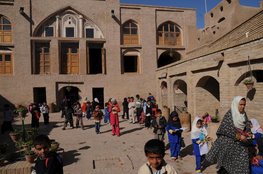 Sin motos no hay escuelas en Afganistán